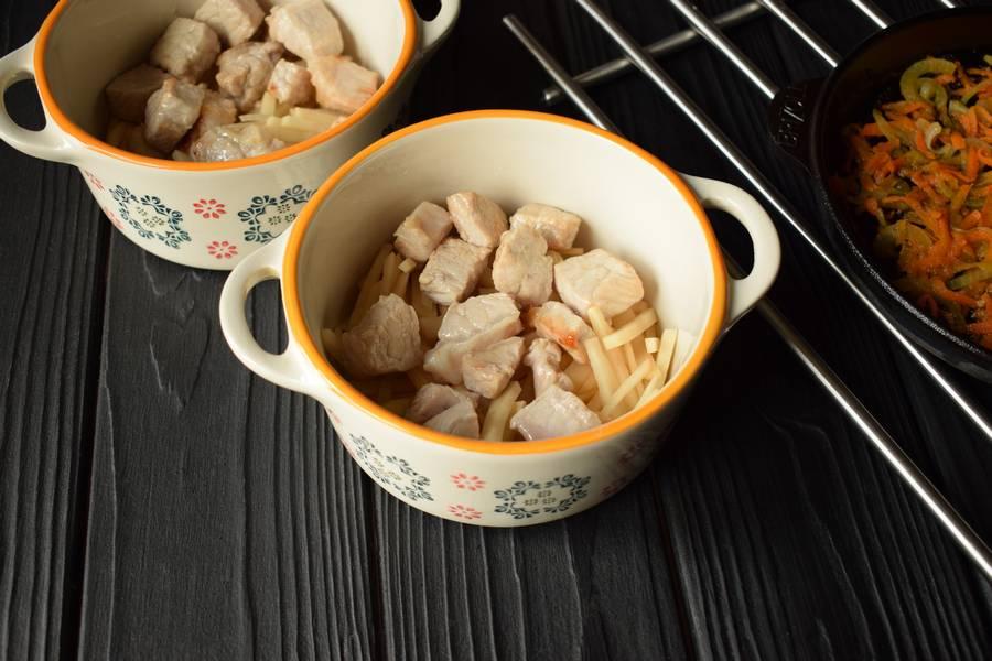 Приготовление свежих щей в духовке шаг 8
