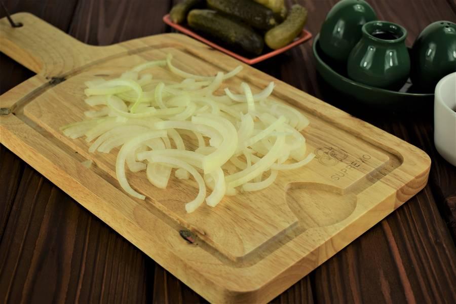 Приготовление свинины с солеными огурцами шаг 2