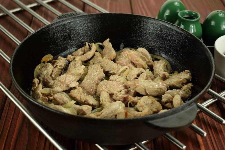 Приготовление свинины с солеными огурцами шаг 4