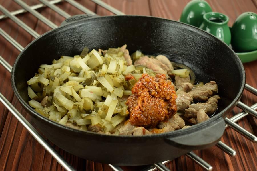 Приготовление свинины с солеными огурцами шаг 5