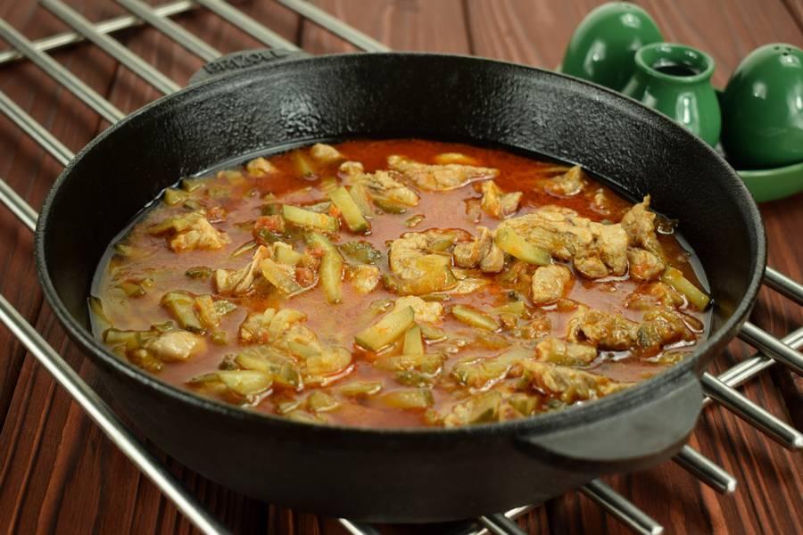 Приготовление свинины с солеными огурцами шаг 6