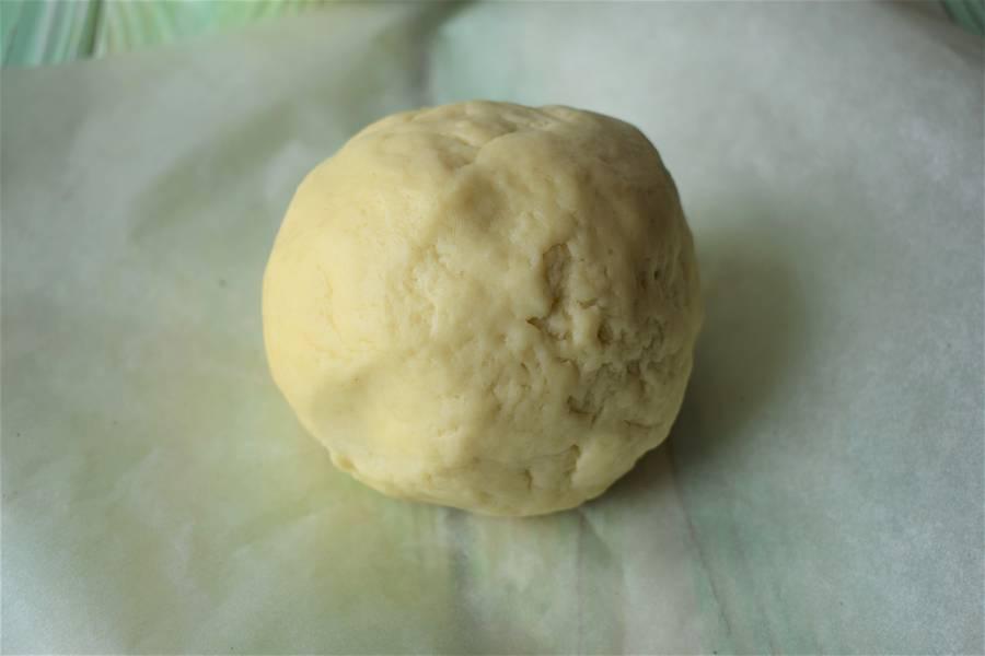 Приготовление творожной запеканки на подложке из песочного теста с добавлением брусничного сладкого соуса шаг 3