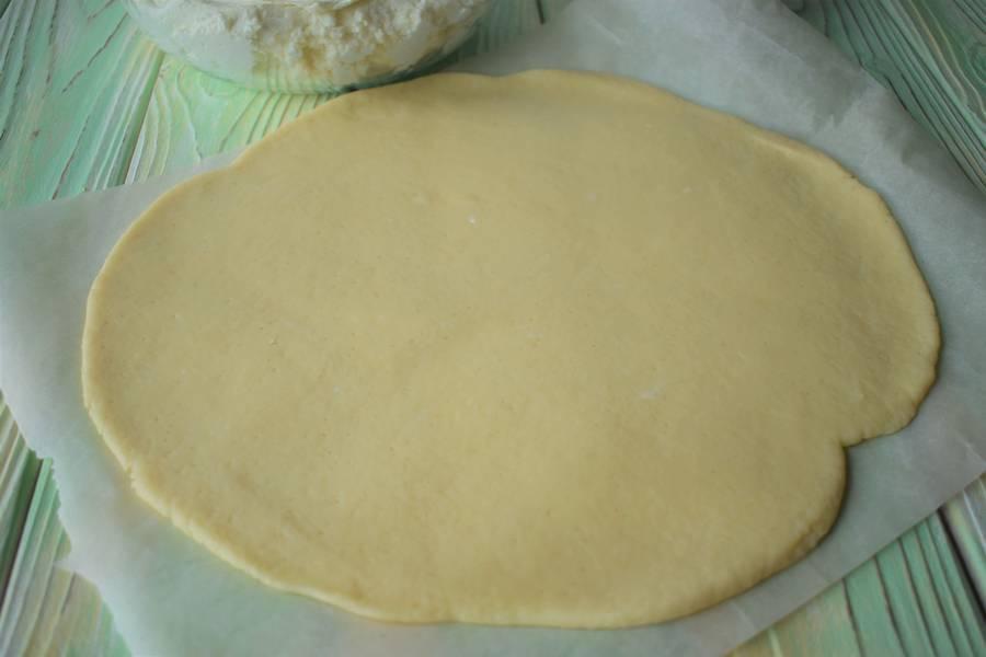 Приготовление творожной запеканки на подложке из песочного теста с добавлением брусничного сладкого соуса шаг 4