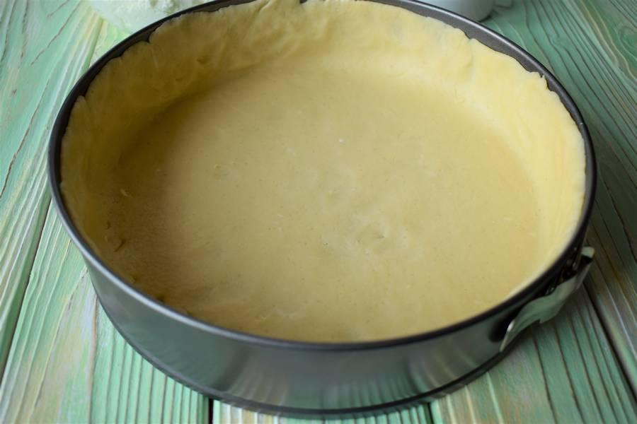 Приготовление творожной запеканки на подложке из песочного теста с добавлением брусничного сладкого соуса шаг 5