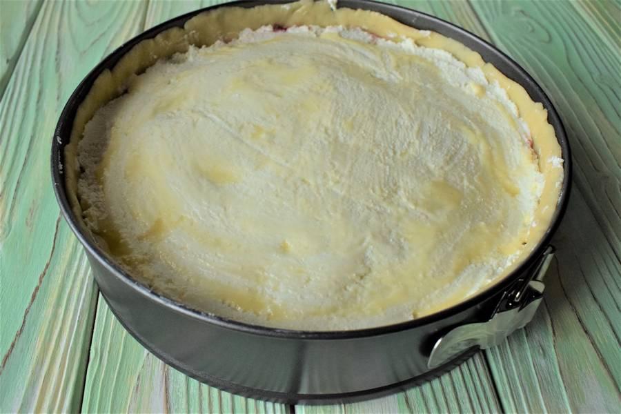 Приготовление творожной запеканки на подложке из песочного теста с добавлением брусничного сладкого соуса шаг 9