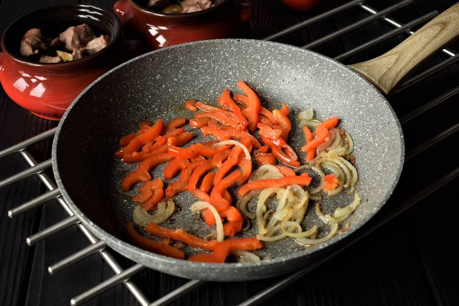 Приготовление в горшочках телятины с картофелем и болгарским перцем шаг 7