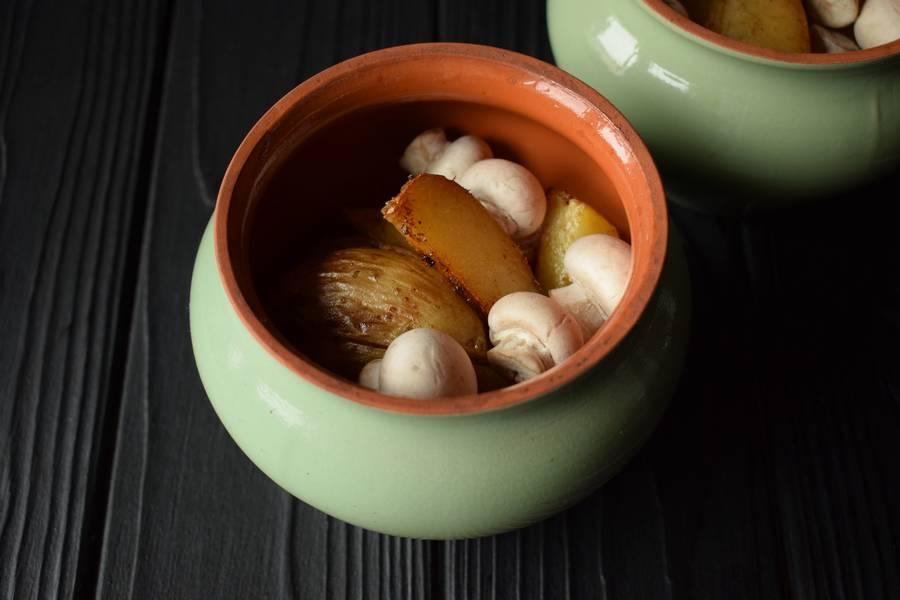 Приготовление в горшочках телятины с картофелем и грибами шаг 10