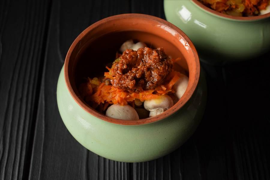 Приготовление в горшочках телятины с картофелем и грибами шаг 11