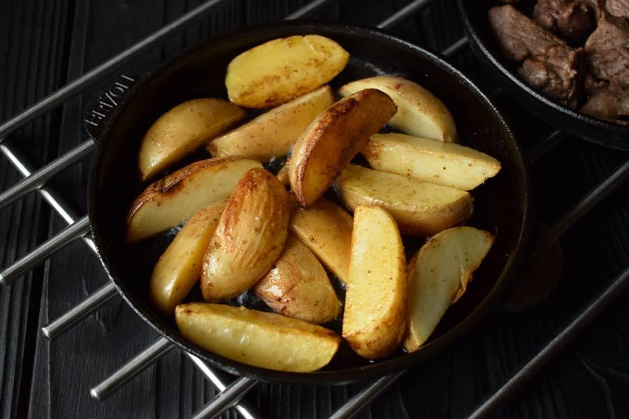 Приготовление в горшочках телятины с картофелем и грибами шаг 6