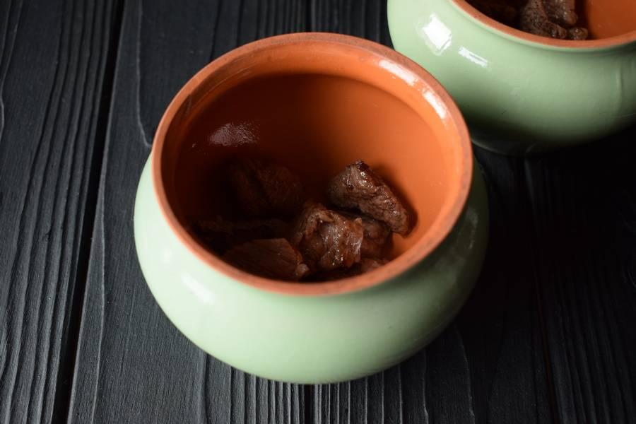Приготовление в горшочках телятины с картофелем и грибами шаг 8
