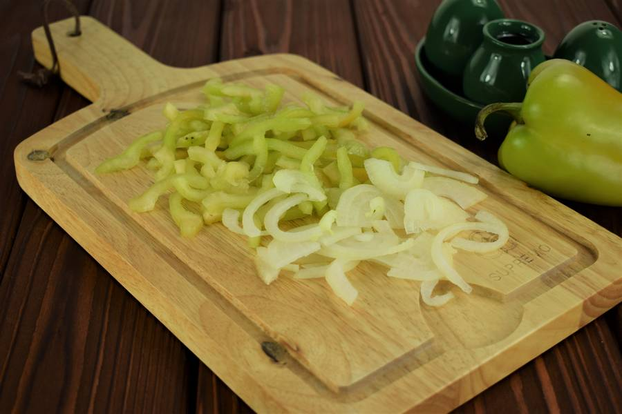 Приготовление в сметанном соусе куриной грудки с болгарским перцем шаг 2