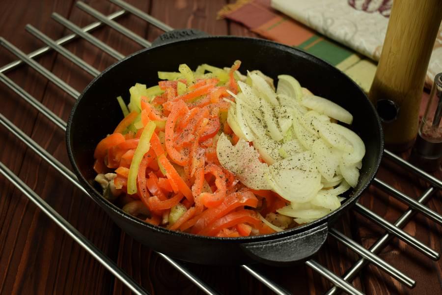 Приготовление в сметанном соусе куриной грудки с болгарским перцем шаг 4