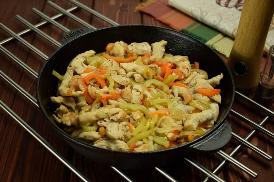 Приготовление в сметанном соусе куриной грудки с болгарским перцем шаг 5