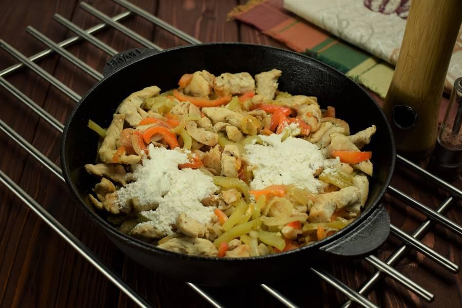 Приготовление в сметанном соусе куриной грудки с болгарским перцем шаг 6