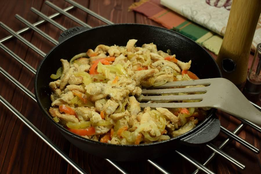 Приготовление в сметанном соусе куриной грудки с болгарским перцем шаг 7