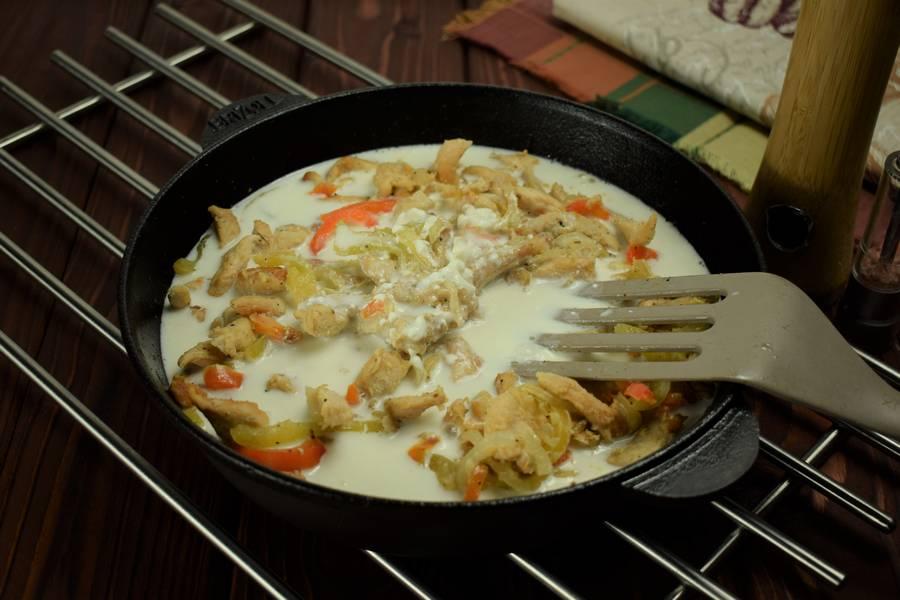 Приготовление в сметанном соусе куриной грудки с болгарским перцем шаг 8