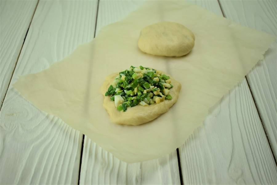 Приготовление жареных пирожков с зеленым луком и яйцом шаг 12