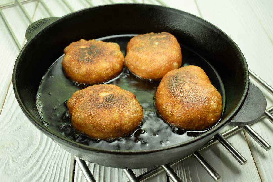 Приготовление жареных пирожков с зеленым луком и яйцом шаг 13