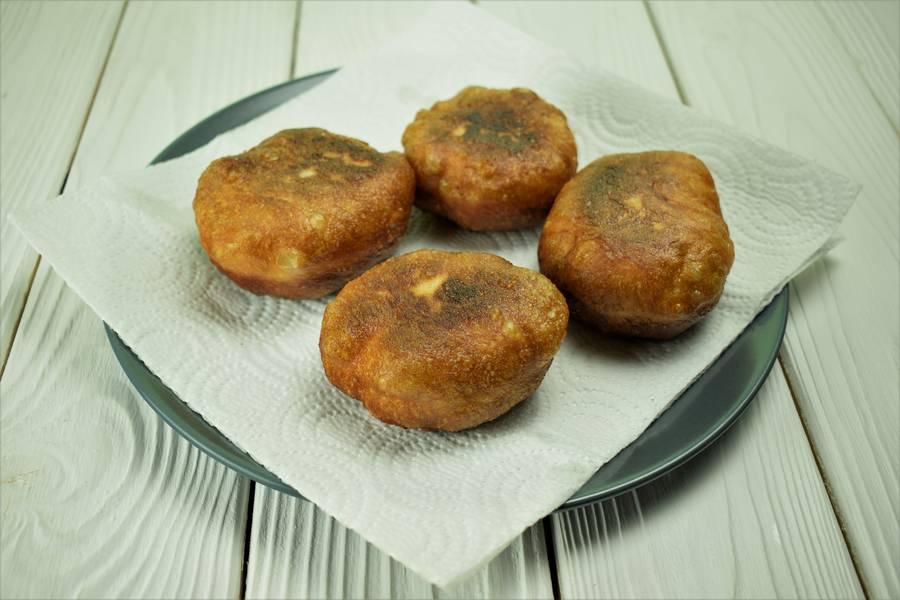 Приготовление жареных пирожков с зеленым луком и яйцом шаг 14