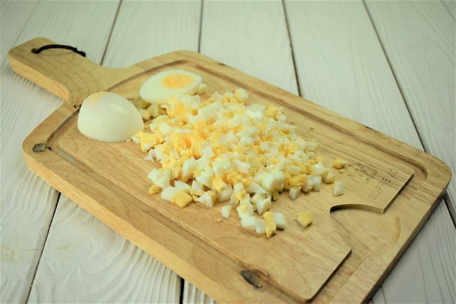 Приготовление жареных пирожков с зеленым луком и яйцом шаг 8