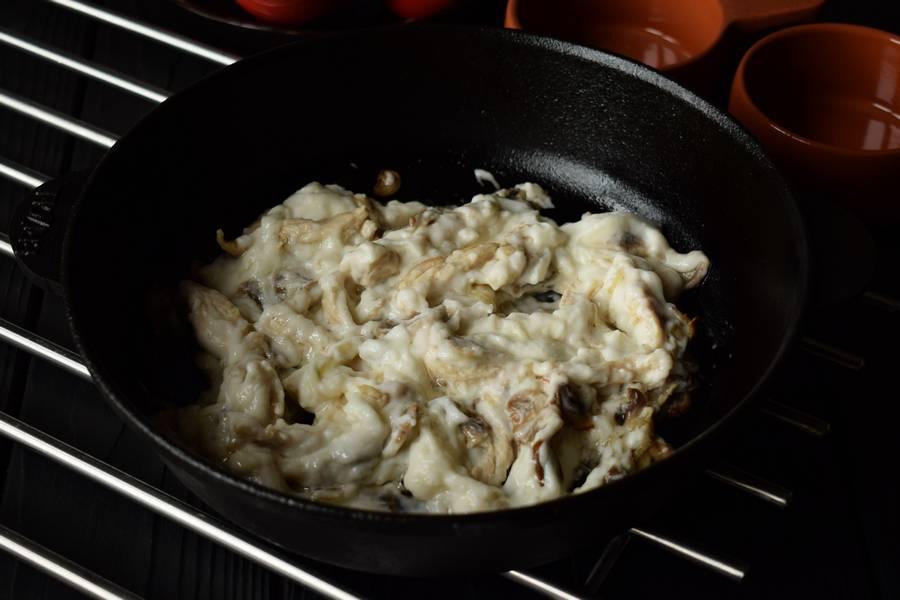 Приготовление жульена из курицы и грибов шаг 6