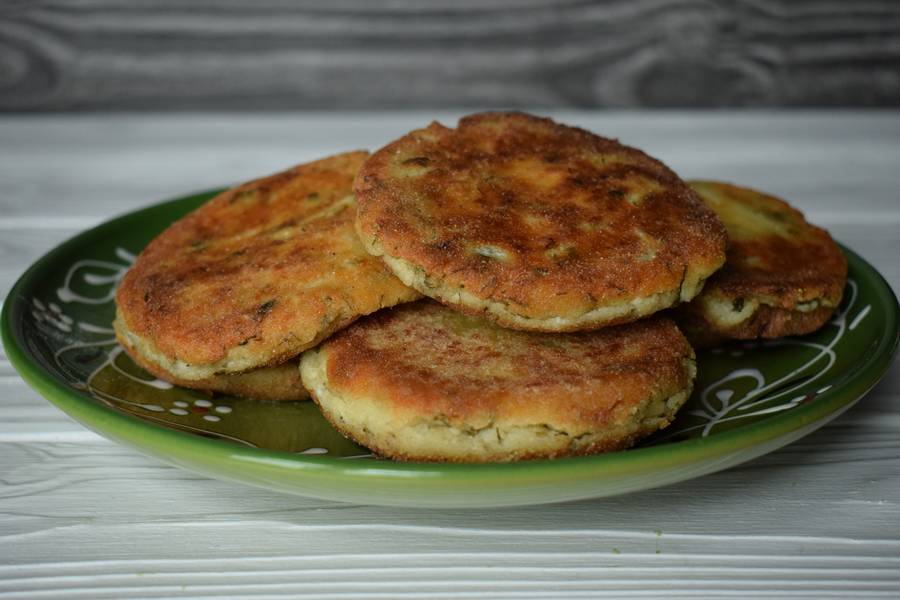 Пряные сырники с чесноком