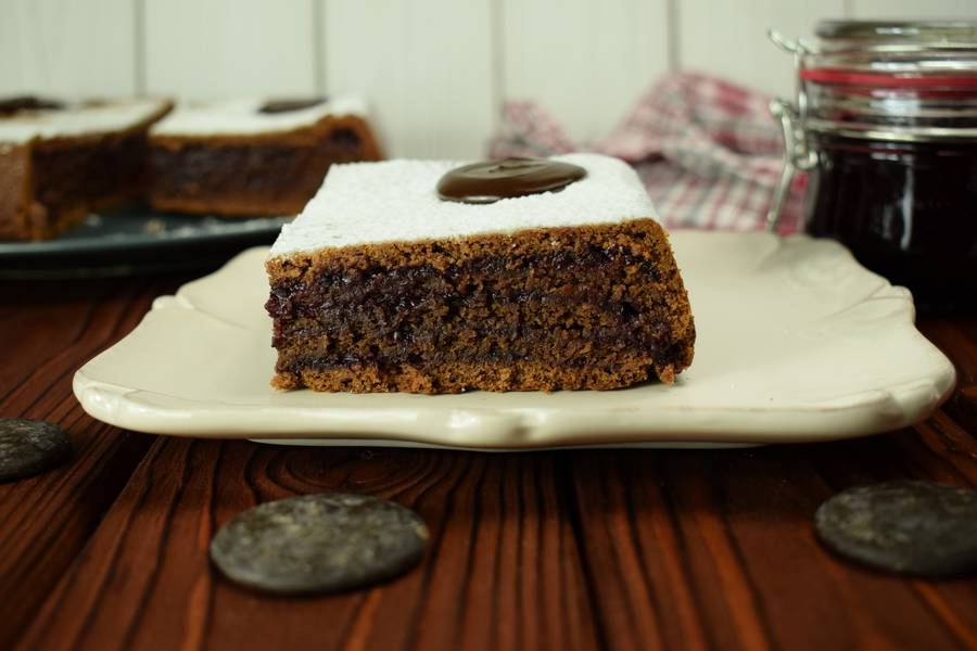 Шоколадный пирог с черной смородиной