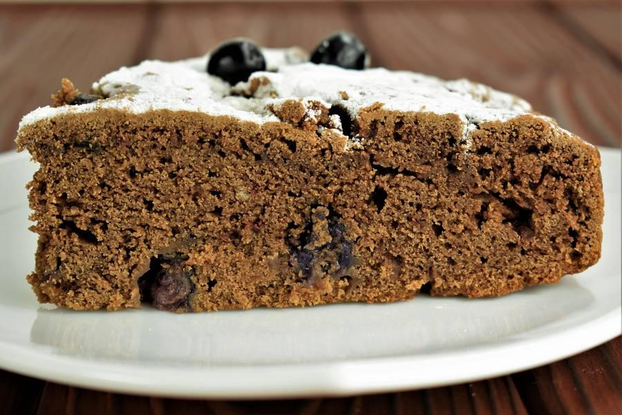 Шоколадный пирог с виноградом