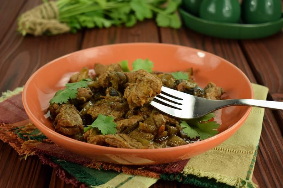 Свинина с солеными огурцами в томатном песто