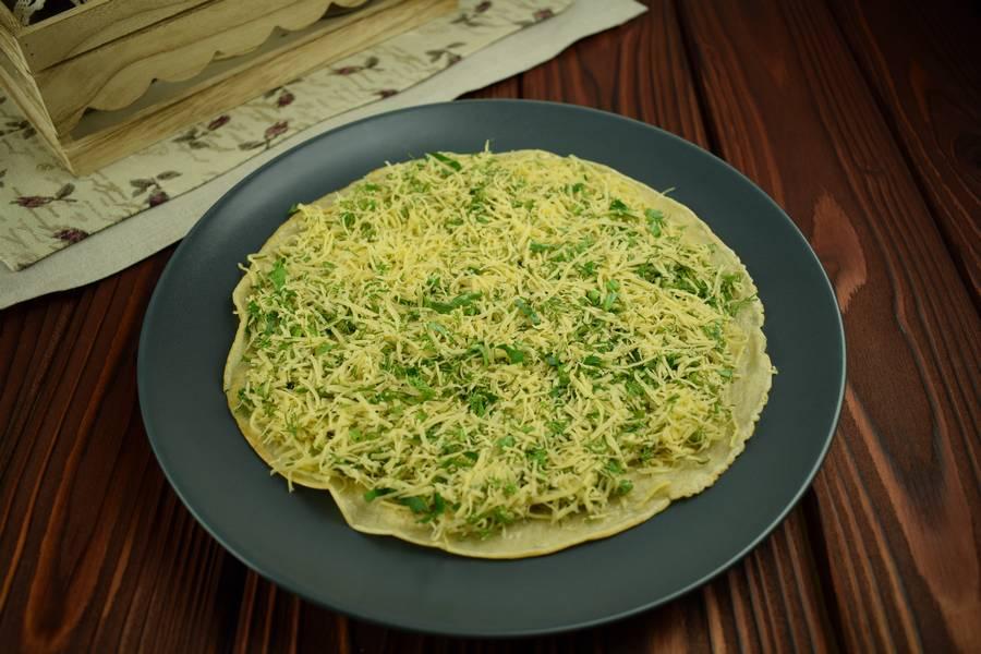 Приготовление блинного пирога с сыром и зеленью шаг 10
