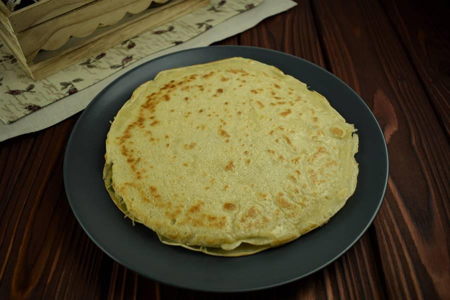 Приготовление блинного пирога с сыром и зеленью шаг 11