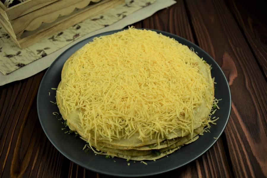 Приготовление блинного пирога с сыром и зеленью шаг 12