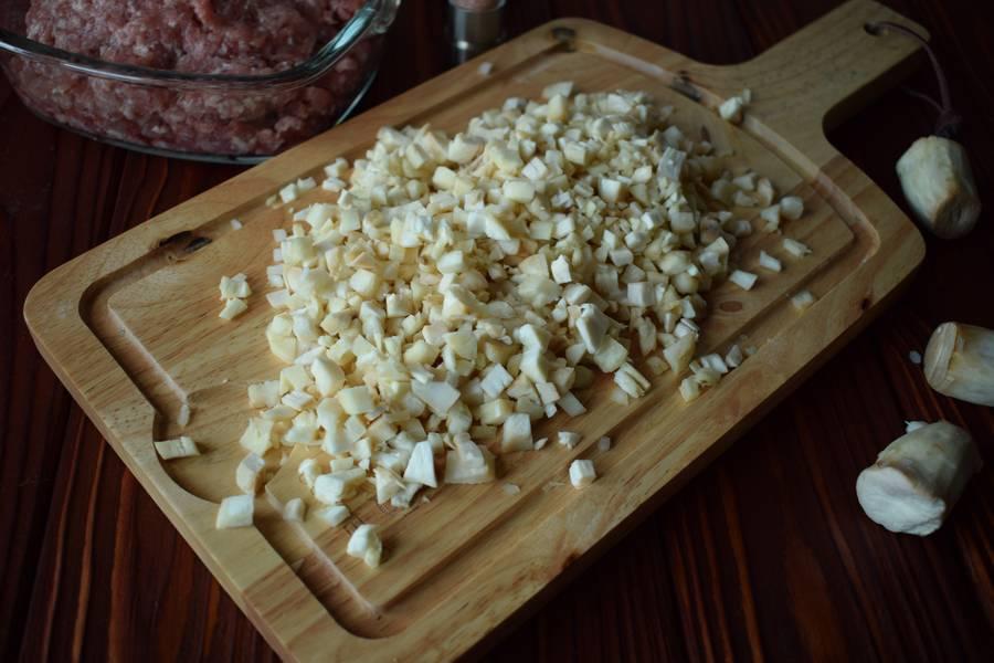 Приготовление фаршированных перцев с мясом и шампиньонами шаг 2