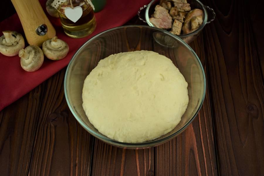 Приготовление пиццы с мясом и грибами шаг 11