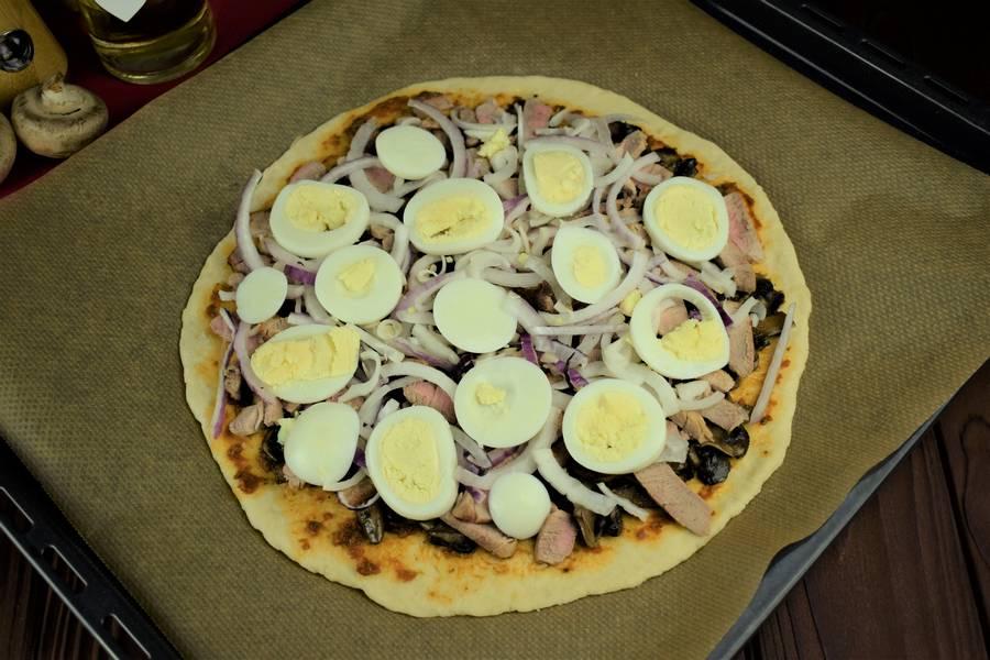 Приготовление пиццы с мясом и грибами шаг 15