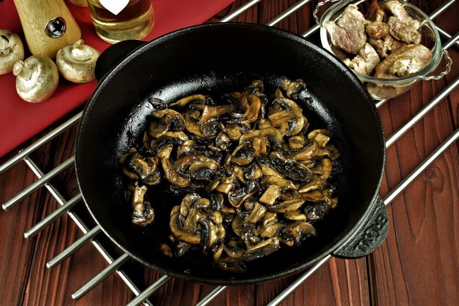 Приготовление пиццы с мясом и грибами шаг 8