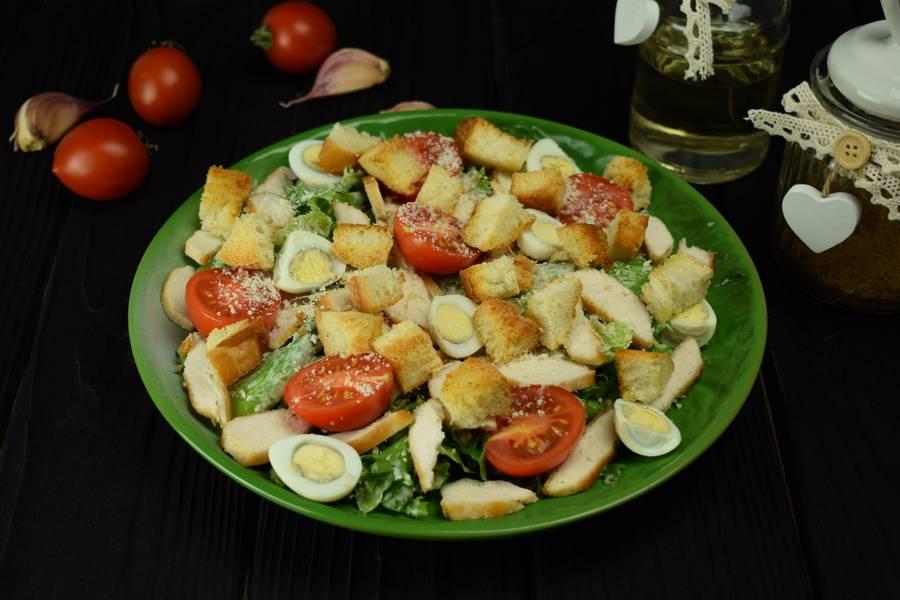 Приготовление салата с курицей, черри, перепелиными яйцами, крутонами шаг 10