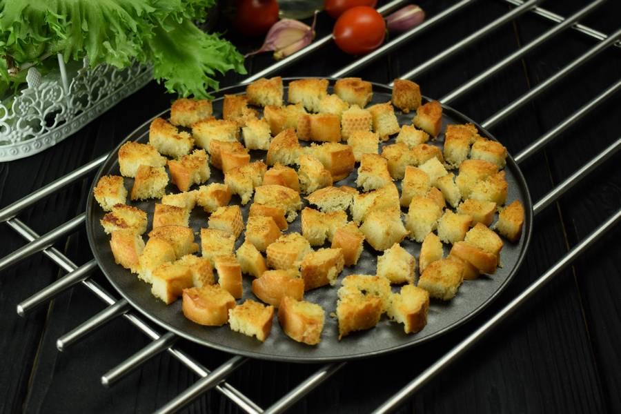 Приготовление салата с курицей, черри, перепелиными яйцами, крутонами шаг 2