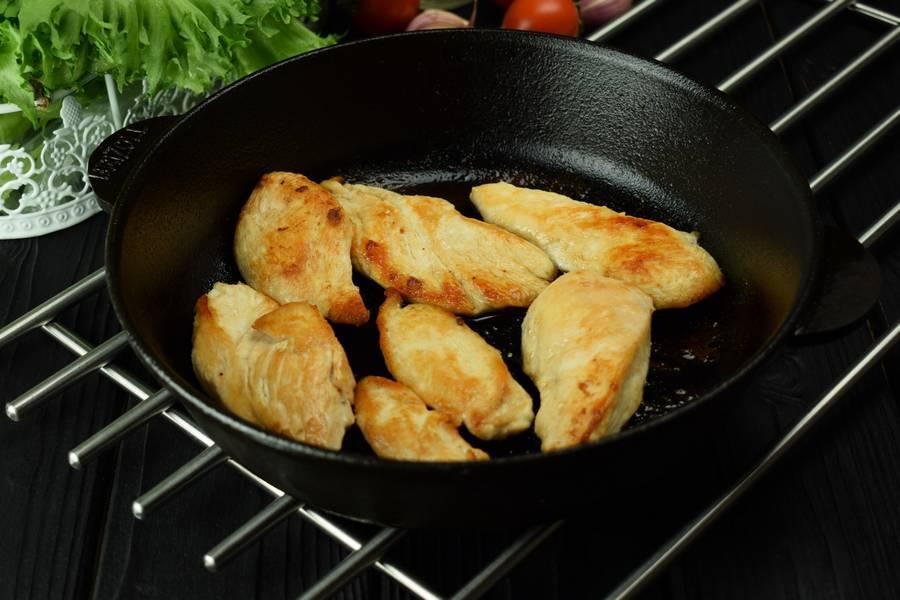 Приготовление салата с курицей, черри, перепелиными яйцами, крутонами шаг 3