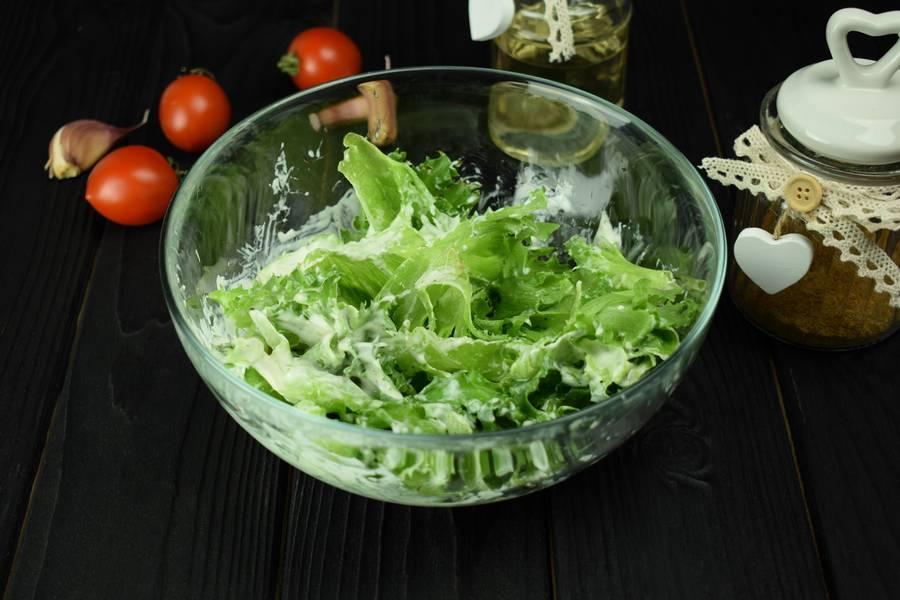 Приготовление салата с курицей, черри, перепелиными яйцами, крутонами шаг 6