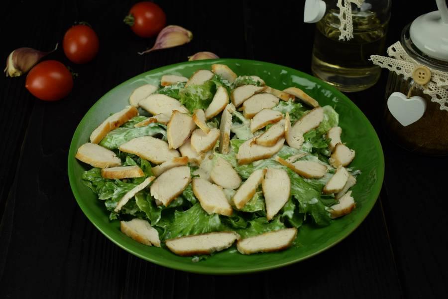 Приготовление салата с курицей, черри, перепелиными яйцами, крутонами шаг 8