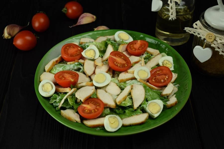 Приготовление салата с курицей, черри, перепелиными яйцами, крутонами шаг 9