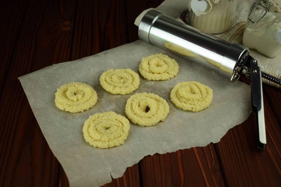 Приготовление сдобного печенья с тертой клюквой шаг 2