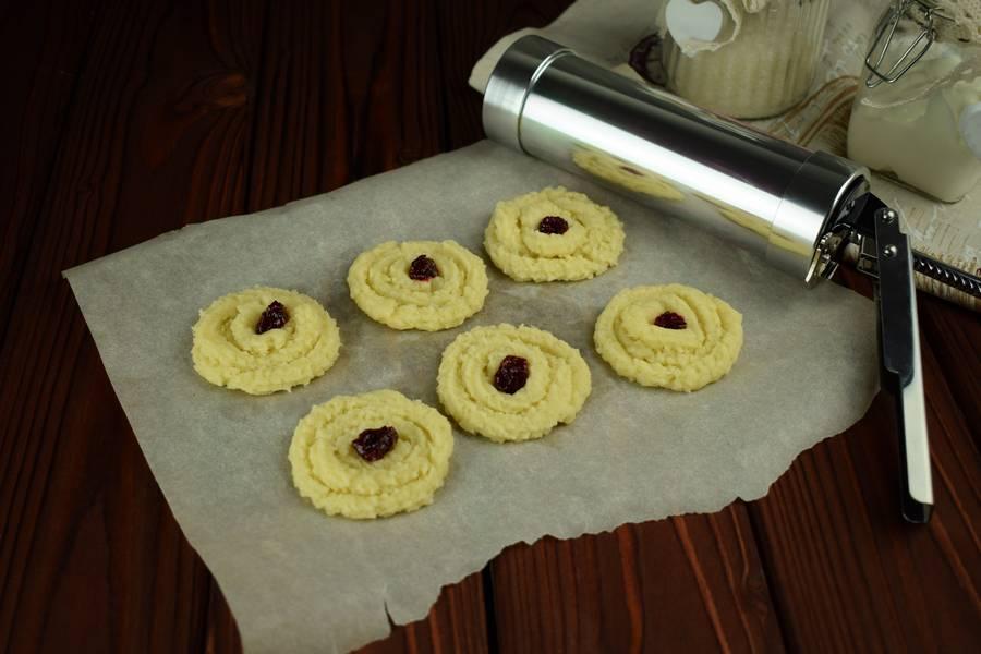 Приготовление сдобного печенья с тертой клюквой шаг 3