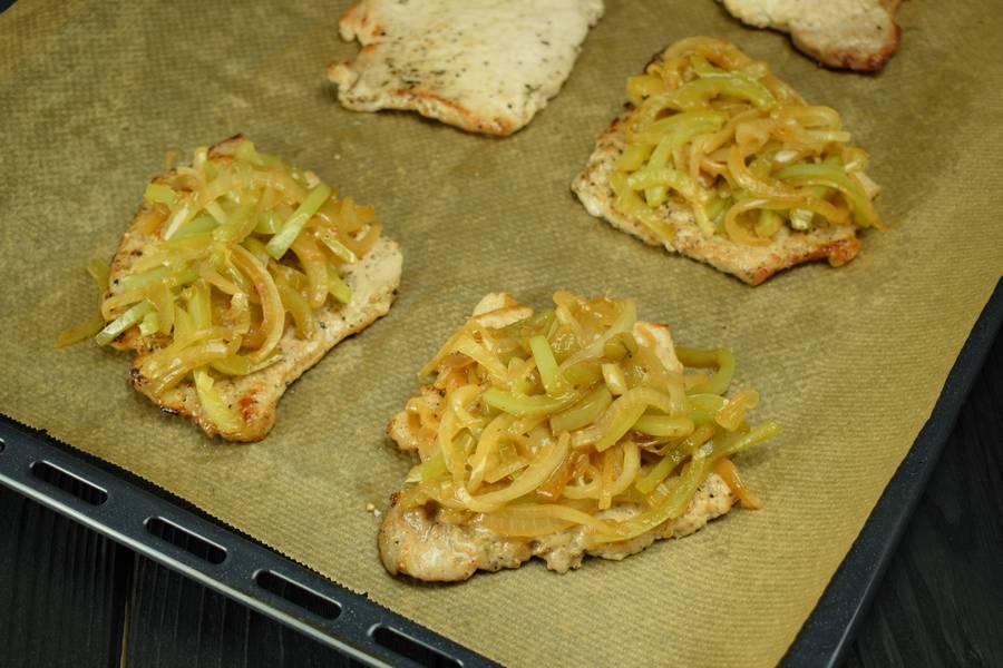 Приготовление свинины с болгарским перцем, запеченной под сыром шаг 6