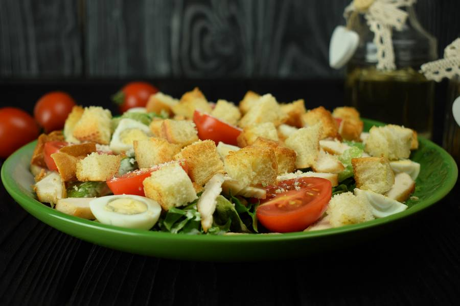Салат с курицей, черри, перепелиными яйцами и крутонами