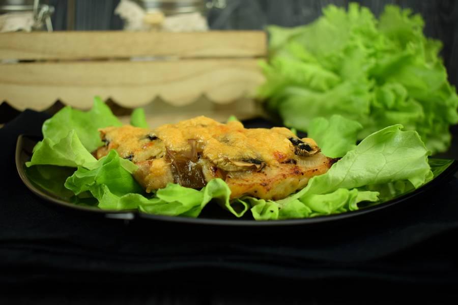 Корейка с грибами и дижонской горчицей, запеченная под сыром