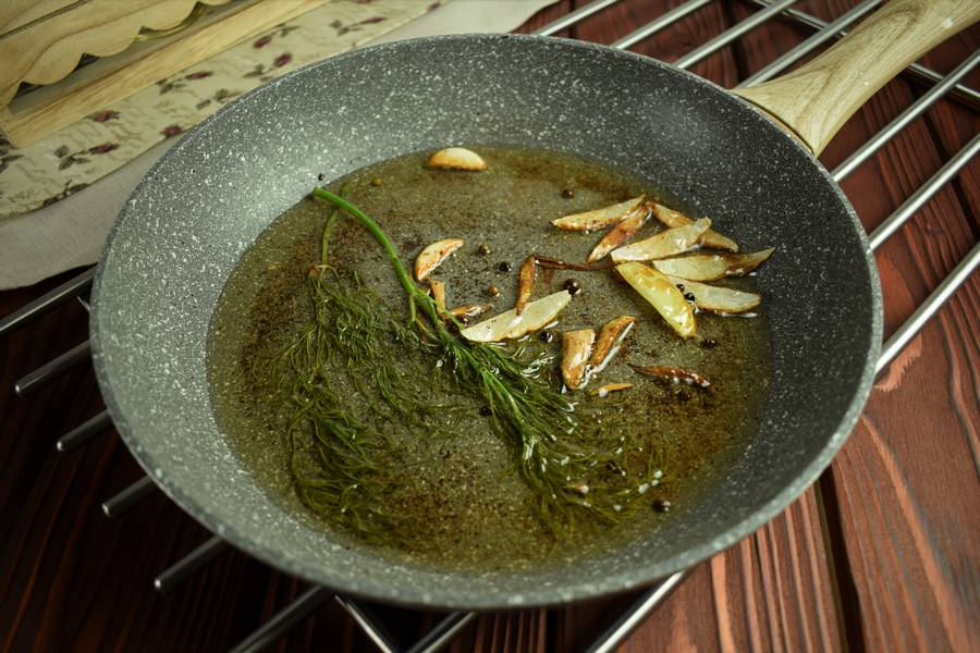 Приготовление салата с креветками, черри, яйцом шаг 1