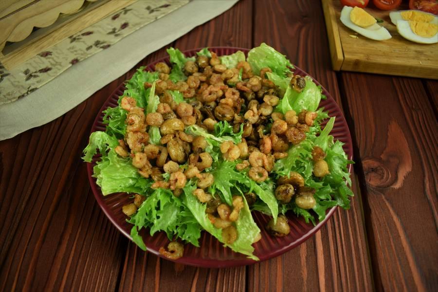 Приготовление салата с креветками, черри, яйцом шаг 10