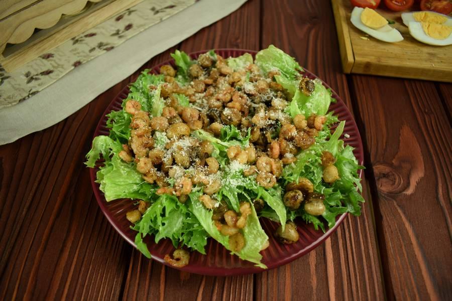 Приготовление салата с креветками, черри, яйцом шаг 11